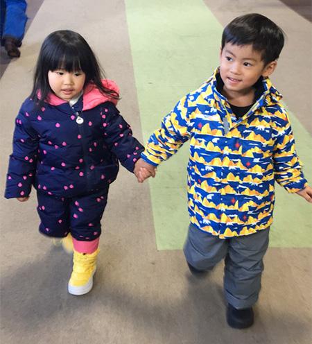 ホテル内を移動する子どもたち/上越国際スキー場(新潟県/南魚沼市)