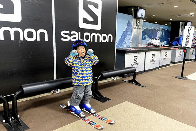 レンタル用品を身に着ける子ども/上越国際スキー場(新潟県/南魚沼市)