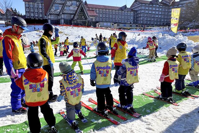 スキースクールで教わる子どもたち/上越国際スキー場(新潟県/南魚沼市)