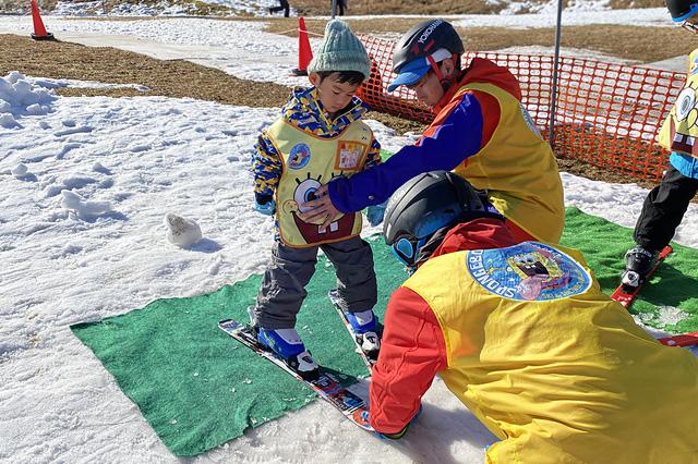 ハの字バランス遊びをする子どもの練習をする子ども/上越国際スキー場(新潟県/南魚沼市)