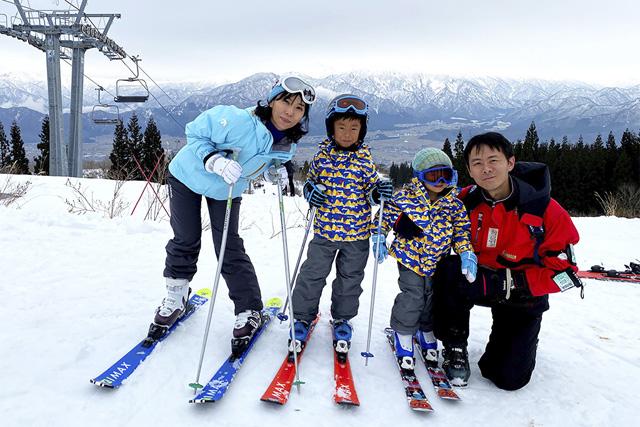 スキーを楽しむ家族/上越国際スキー場(新潟県/南魚沼市)