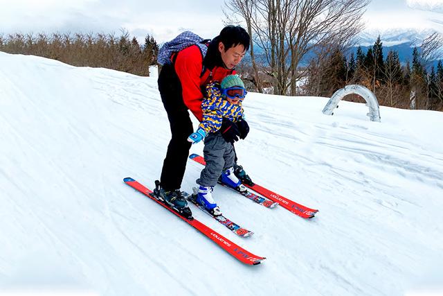 スキーをする親子/上越国際スキー場(新潟県/南魚沼市)