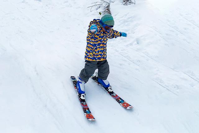 一人でスキーを滑る子ども/上越国際スキー場(新潟県/南魚沼市)