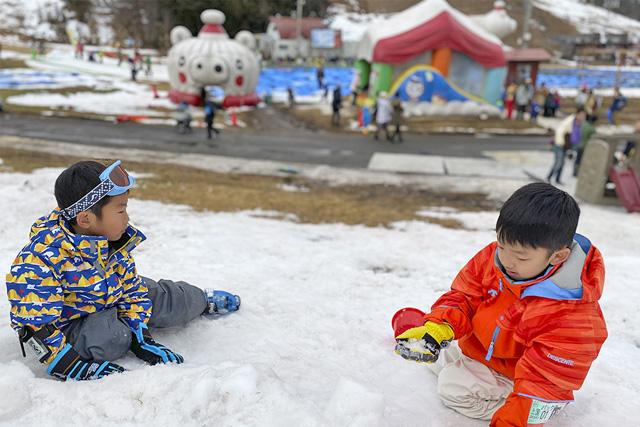 雪遊びをする子どもたち/上越国際スキー場(新潟県/南魚沼市)
