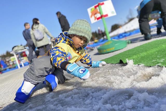 雪遊びをする子ども/上越国際スキー場(新潟県/南魚沼市)