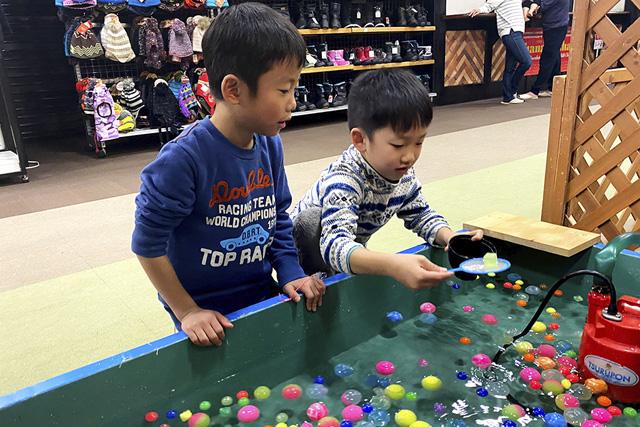 スーパーボールすくいをする子どもたち/上越国際スキー場(新潟県/南魚沼市)