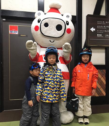 ポーくんと記念撮影する子どもたち/上越国際スキー場(新潟県/南魚沼市)
