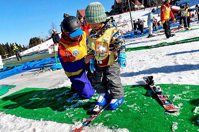 装具の装着を学ぶ子ども/上越国際スキー場(新潟県/南魚沼市)