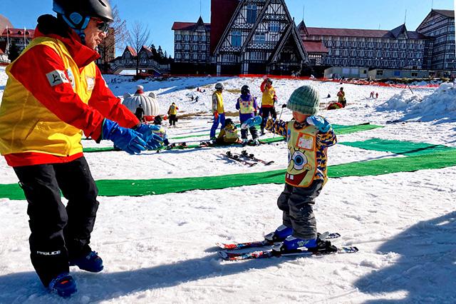 スキースクールで一人滑りをする子ども/上越国際スキー場(新潟県/南魚沼市)