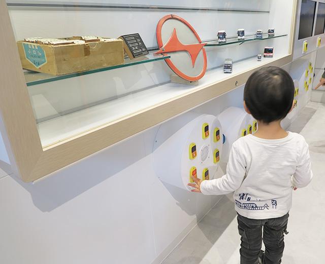 停車ボタンを押す子ども/京急ミュージアム(神奈川県/横浜市)