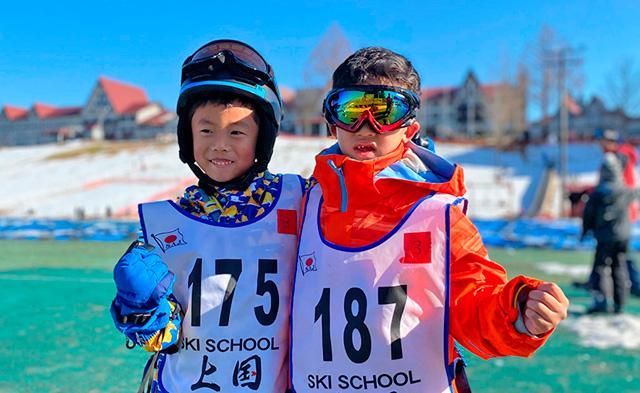 スキースクールに参加する小学生/上越国際スキー場(新潟県/南魚沼市)