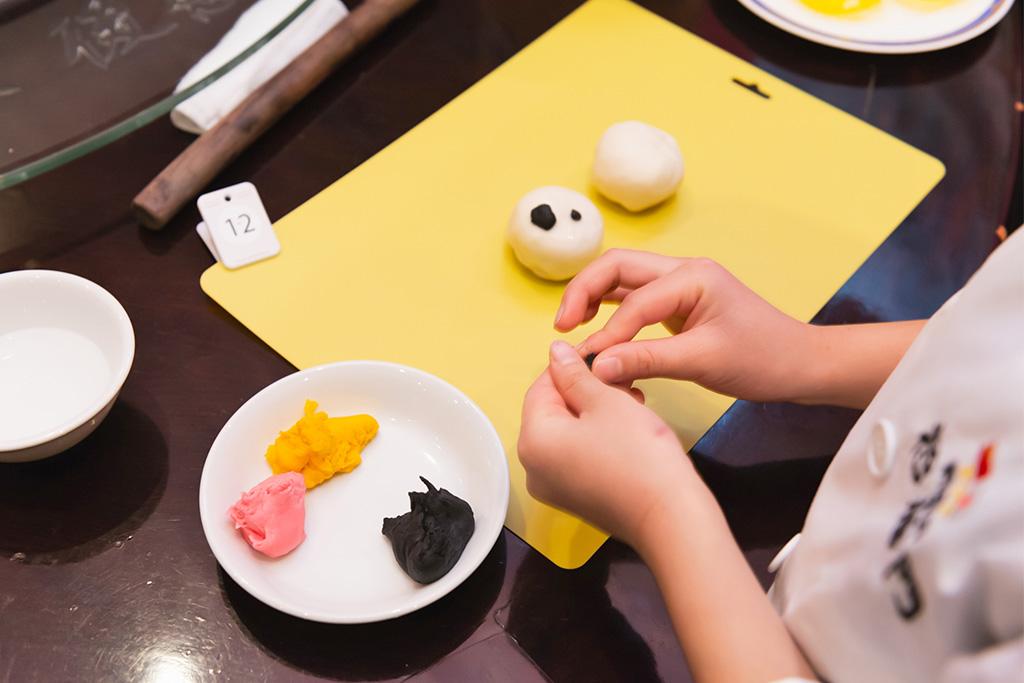 点心にパンダの顔を作る子ども/招福門 横浜本店(神奈川県)