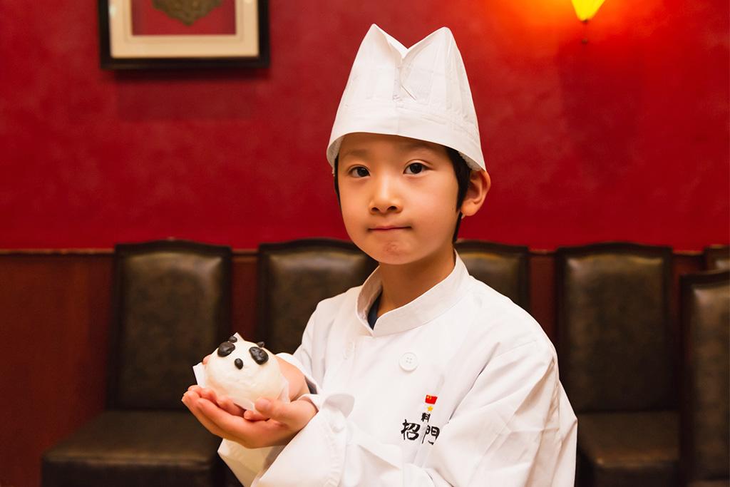 自分で作ったアニマルまんを持つ子ども/招福門 横浜本店(神奈川県)