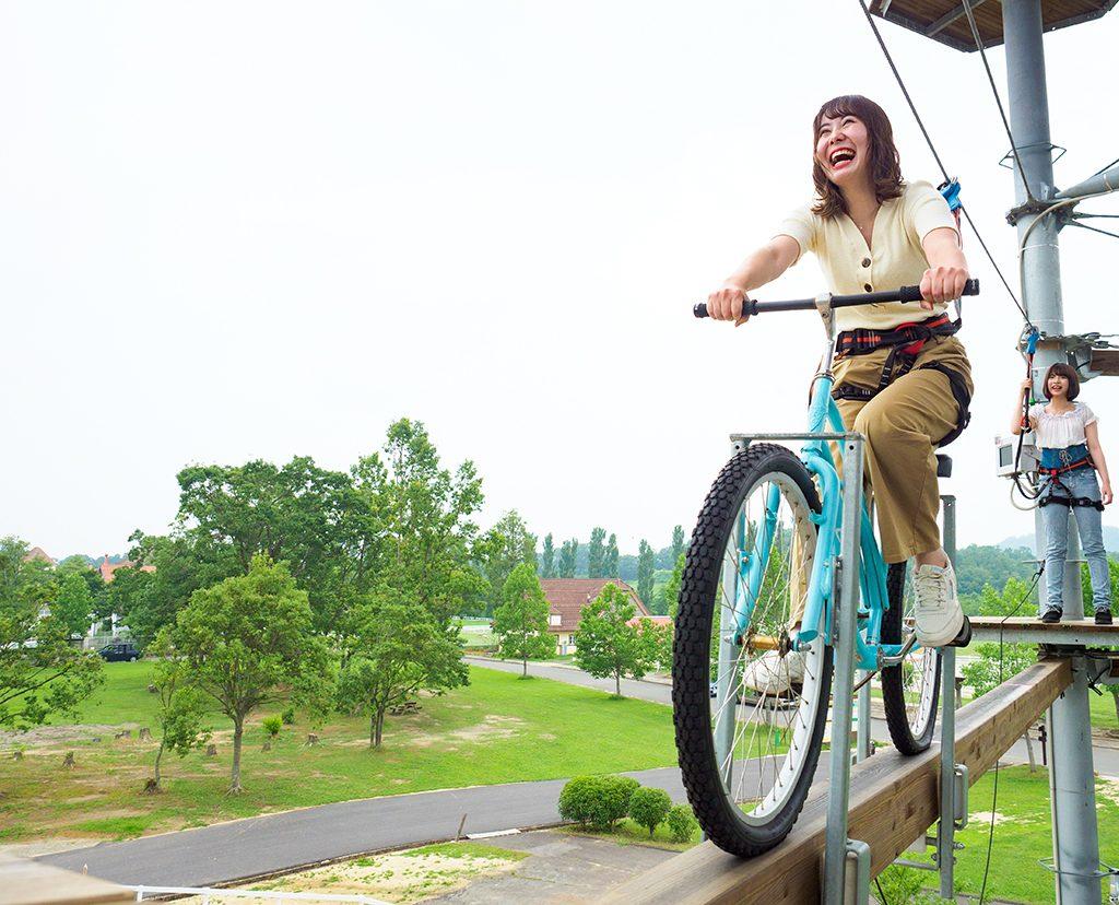 自転車で一本橋を渡るアトラクション/滋賀農業公園ブルーメの丘(滋賀県日野町)