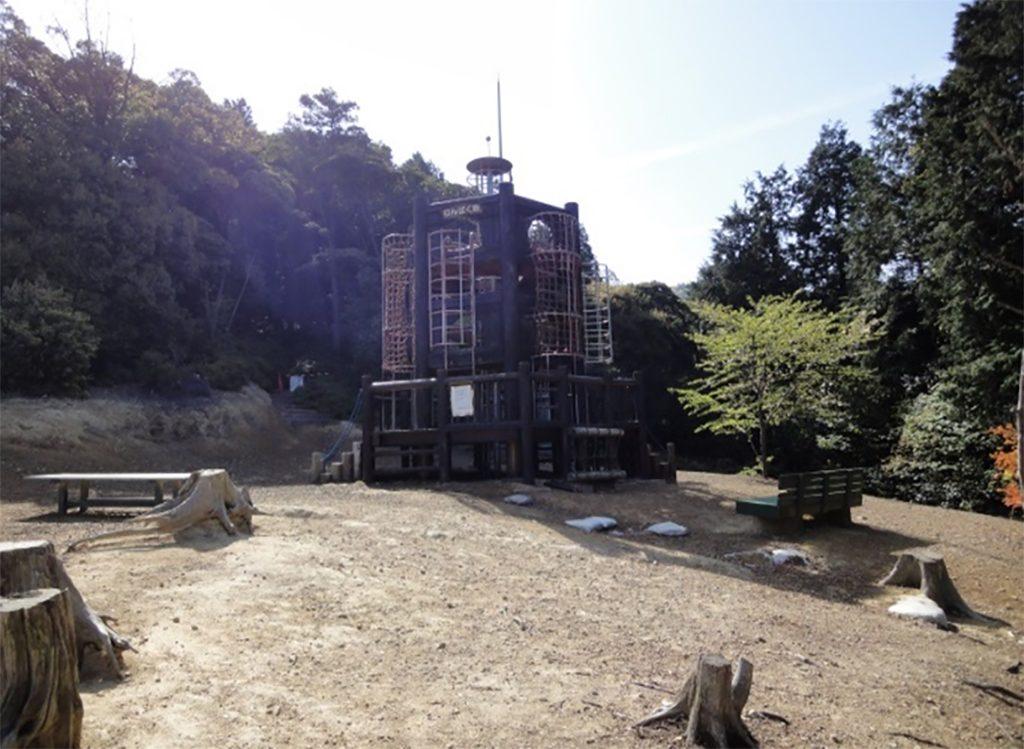 山の上にある木造3階建ての展望塔「わんぱく砦」/わんぱく王国(大阪府阪南市)