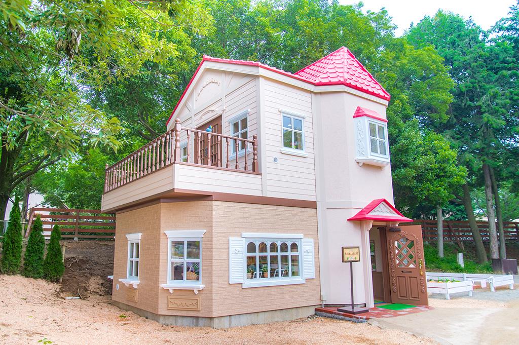赤い屋根の大きなお家 ※写真は茨城県「こもれび森のイバライド」のもの
