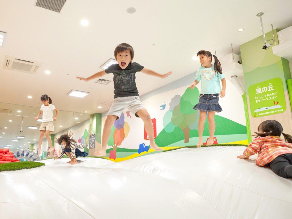 あそびパークPLUSで跳ね回る子供たち/ラゾーナ川崎プラザ(神奈川県)