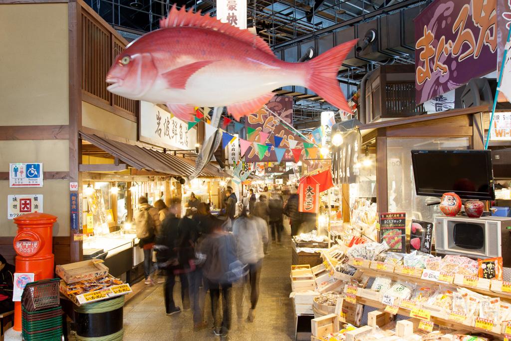 地元や日本各地からの新鮮な魚介類が集まる海鮮市場内/黒潮市場(和歌山県/和歌山市)
