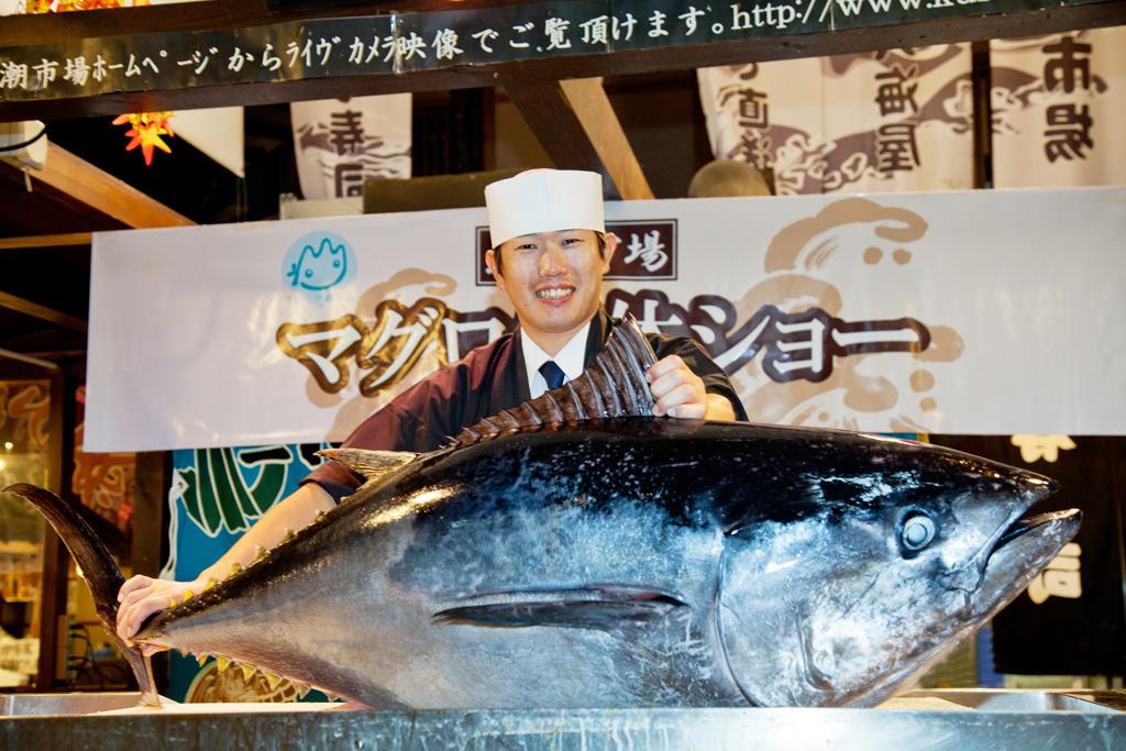 マグロの解体ショーを毎日開催/黒潮市場(和歌山県/和歌山市)