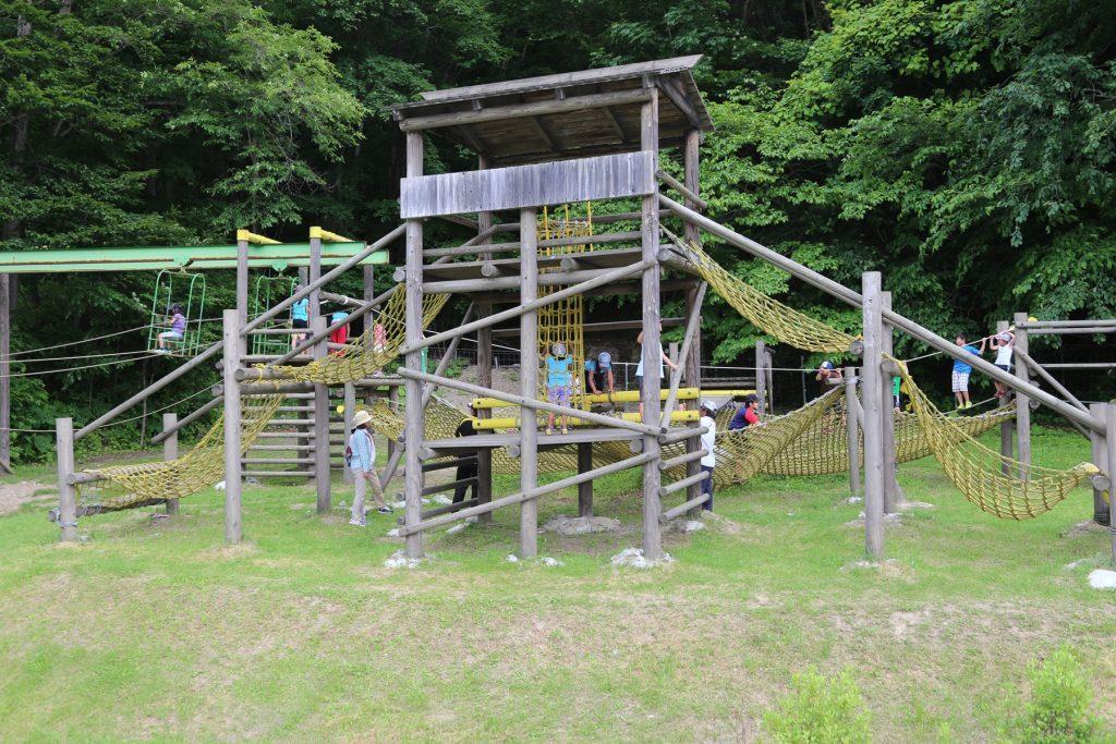 ネットやロープ渡りなどがつながった複合遊具/本別公園(北海道本別町)