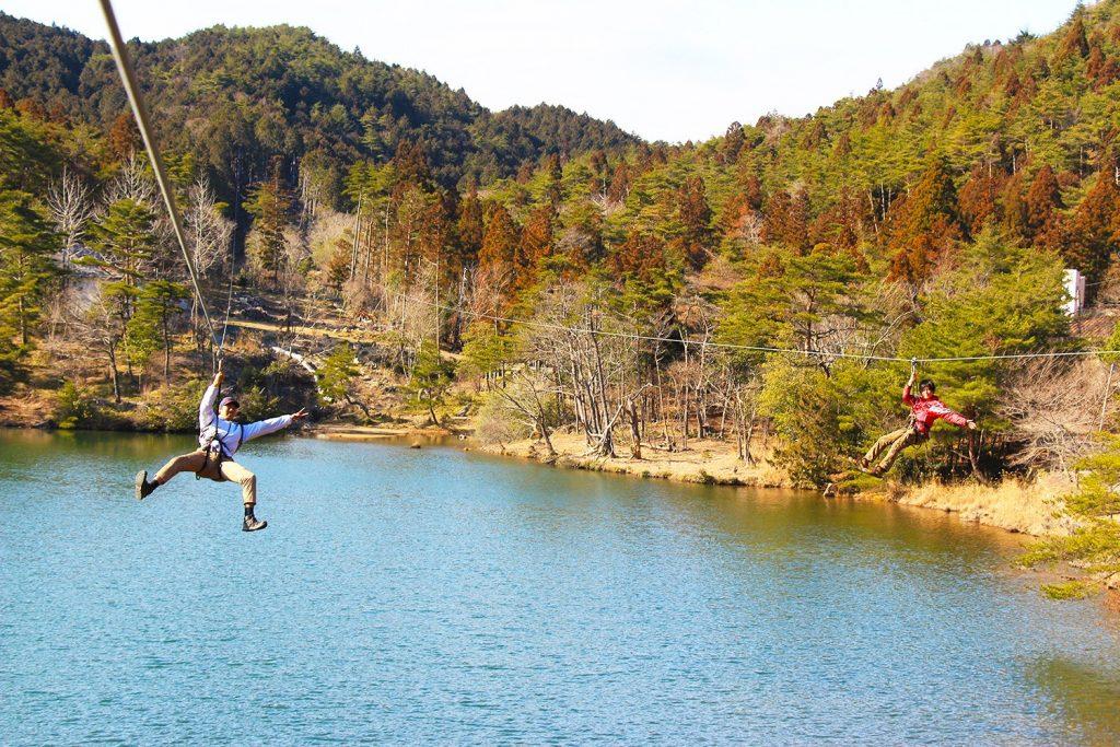池の上を滑空するメガジップライン/冒険の森 のせ(大阪府能勢町)
