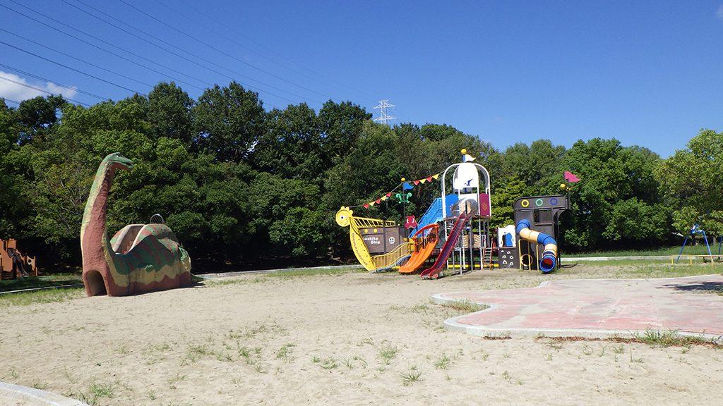 難破船をイメージした木製遊具のある「恐竜広場」/深北緑地(大阪府大東市)