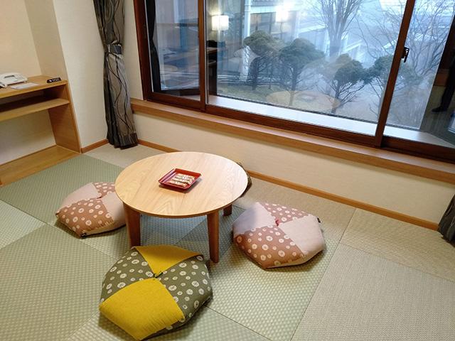 和モダンルームの丸テーブル/白樺リゾート 池の平ホテル(長野県/立科町)