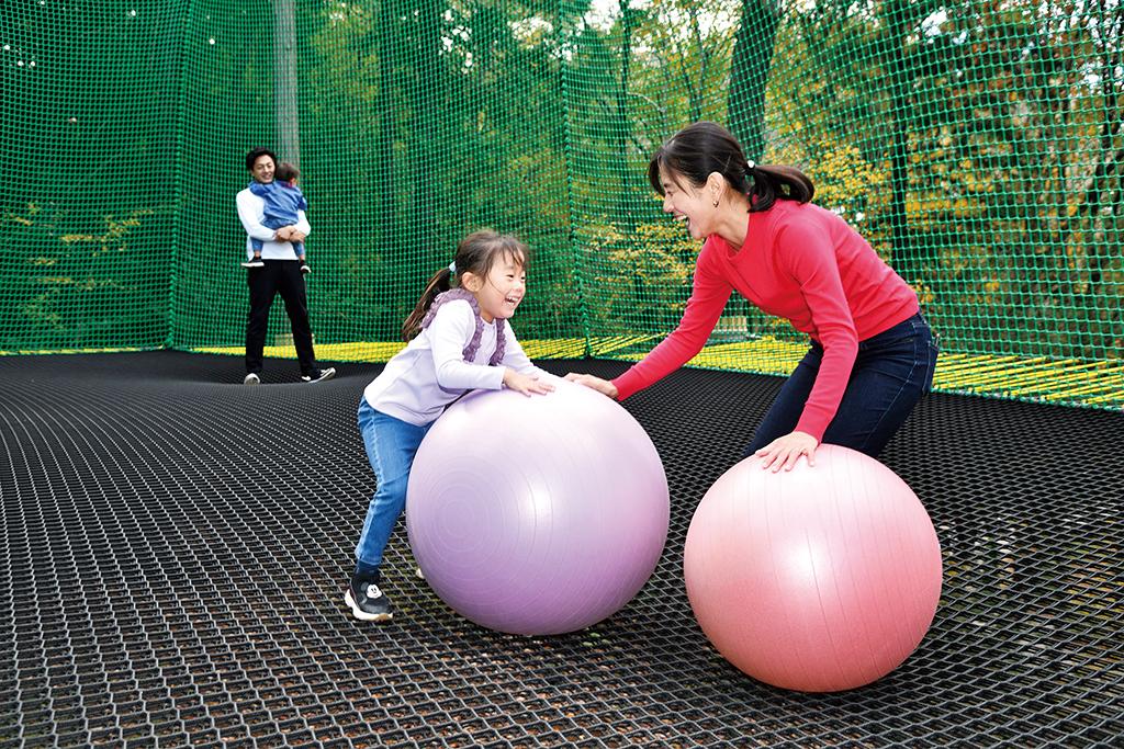 バランスボールで遊ぶ親子/「PANZA宮沢湖」FUNMOCK(埼玉県/飯能市)