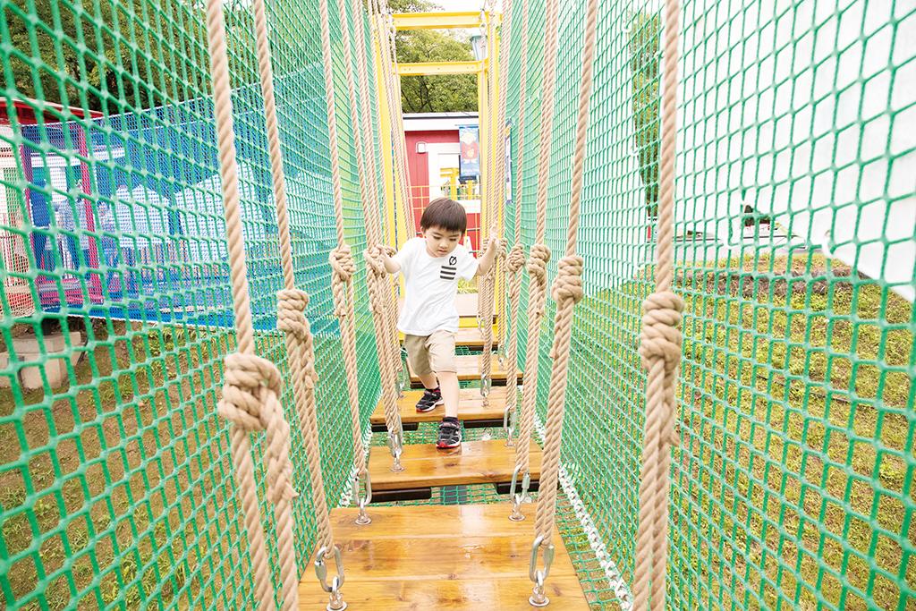 アスレチックで遊ぶ子ども/ハッスル スパイダー(神奈川県/相模原市)