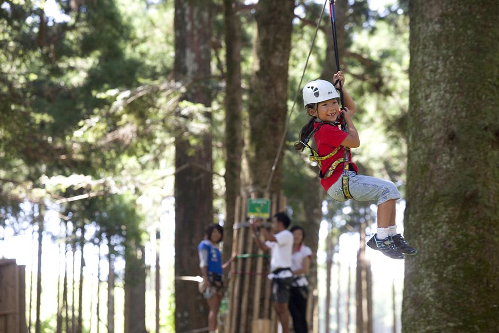 アスレチックで遊ぶ子ども/フォレストアドベンチャー・小田原(神奈川県/小田原市)