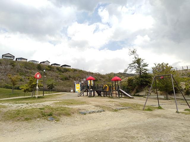 赤い三角屋根の複合遊具/彩都なないろ公園(大阪府/箕面市)