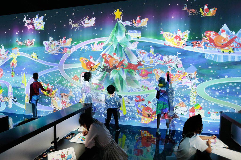 「お絵かきクリスマス」で遊ぶ子どもたち/チームラボボーダレス(東京都/お台場)