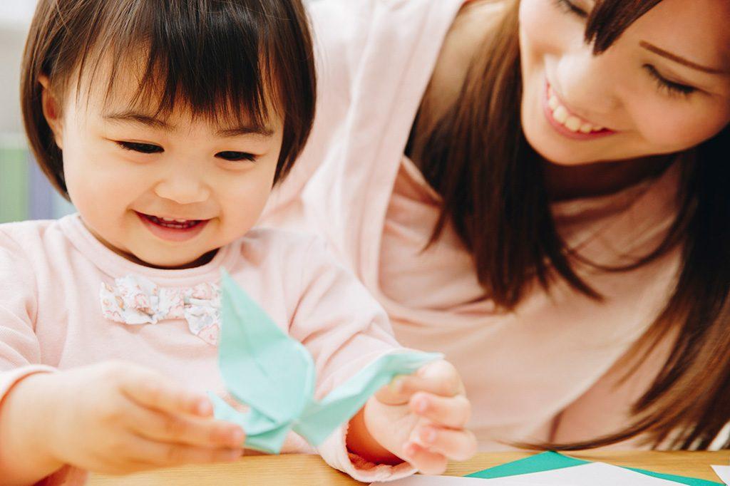 折り紙で遊ぶ子ども