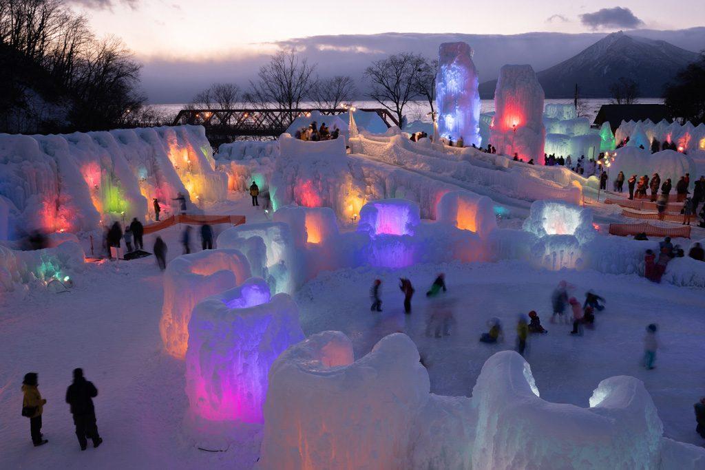 夜のライトアップが幻想的な千歳・支笏湖氷濤まつり