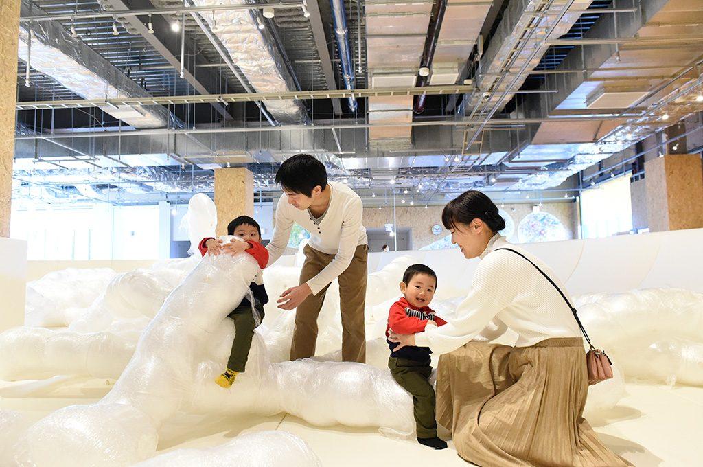 PLAY! PARKの大きなお皿のバルーンモンスター(東京都/立川市)