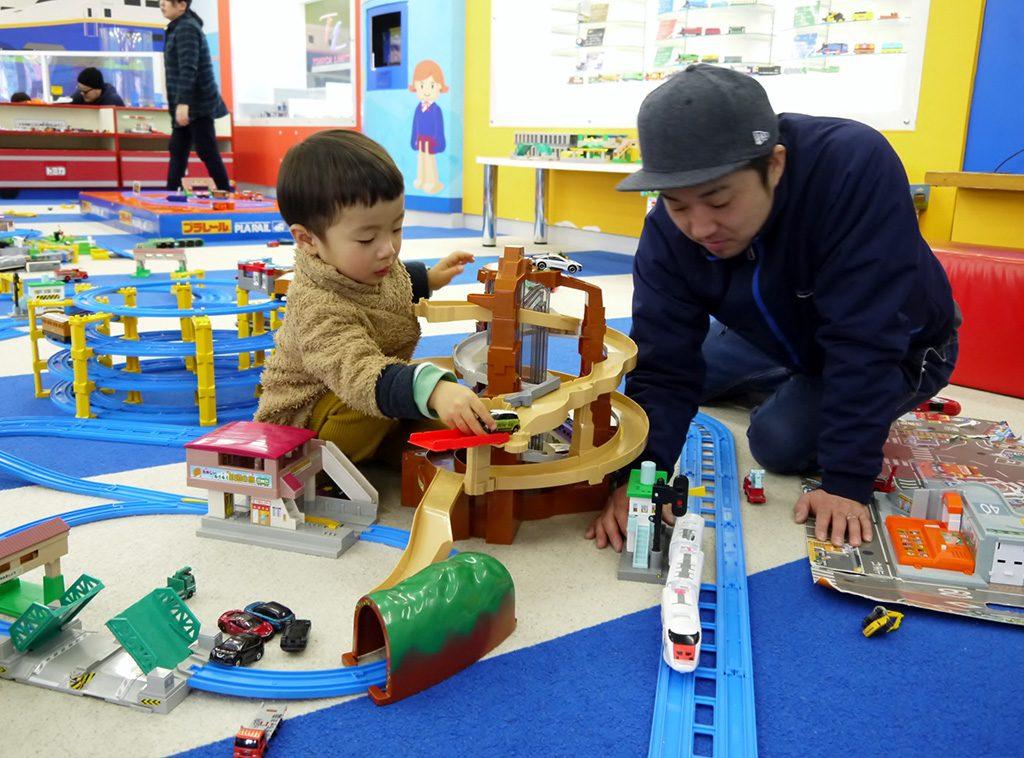 プラレールで遊ぶ様子/東条湖おもちゃ王国(兵庫県/加東市)