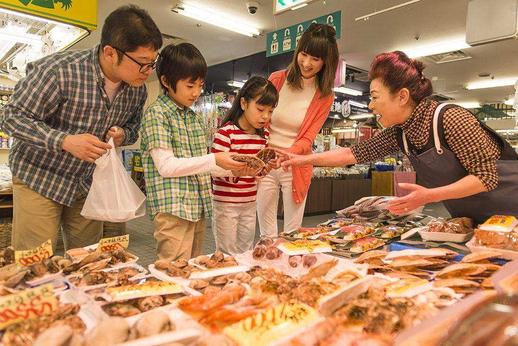 八食(はっしょく)センターでの買い物の様子(青森県/八戸市)