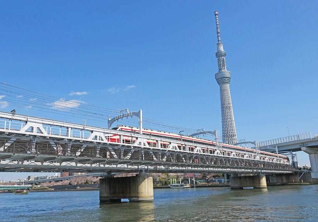 鉄道線路の下にある歩道橋「すみだリバーウォーク」(東京都/墨田区)