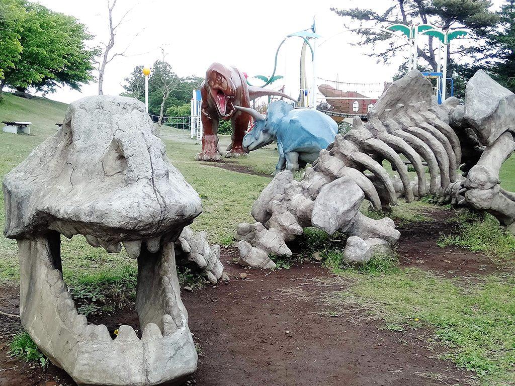 骨になった恐竜(スケルトンザウルス)のオブジェ/恐竜広場(小室山公園内)(静岡県/伊東市)