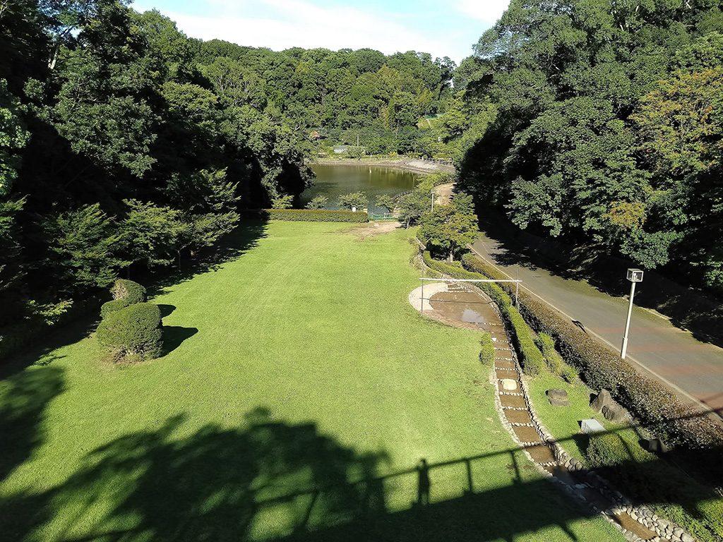 広場の右側に見える「龍の泉」/坂田ケ池総合公園(千葉県/成田市)