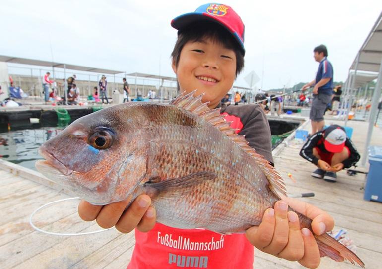 子どもと行ける関西の釣りスポット。公園の釣り堀や海上釣り堀など、釣りデビューにもおすすめ