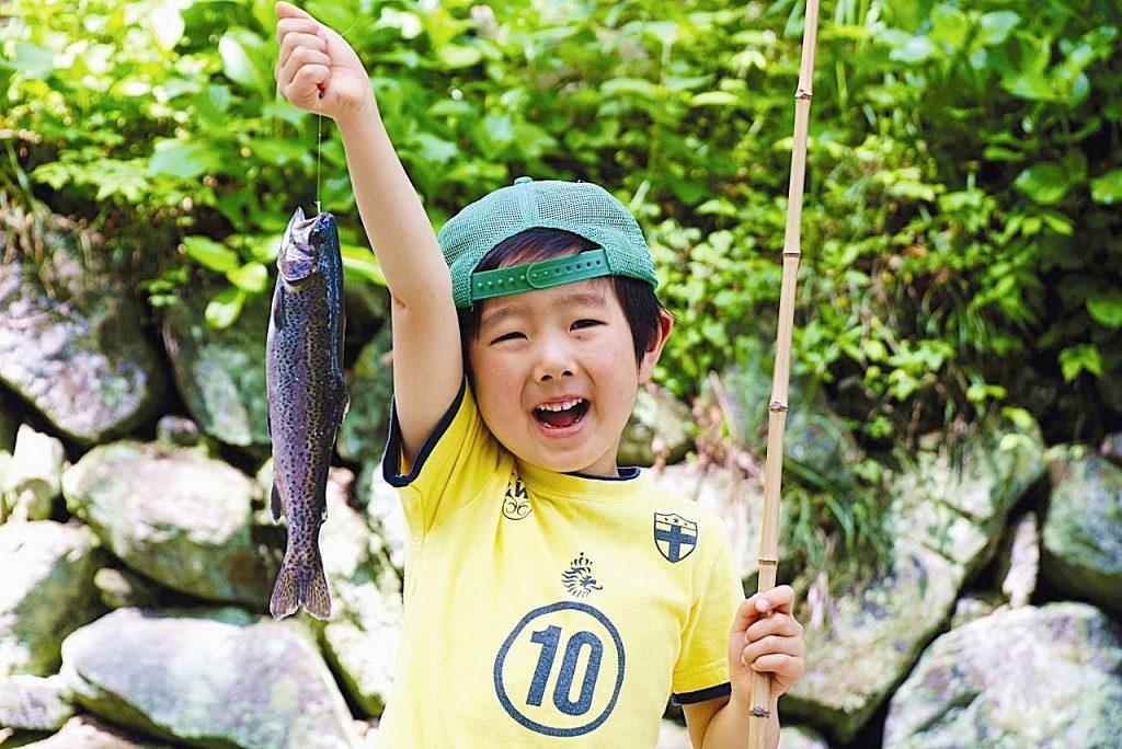 子どもと行ける関東の釣りスポット。釣りデ ビューにおすすめの釣り堀や雨OKの施設など