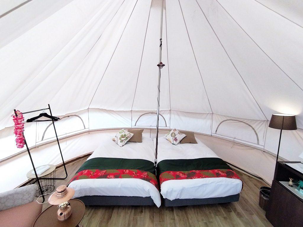 ツインベッドが配された板張りのテント/ハワイアンズグランピング マウナヴィレッジ(スパリゾートハワイアンズ)(福島県/いわき市)