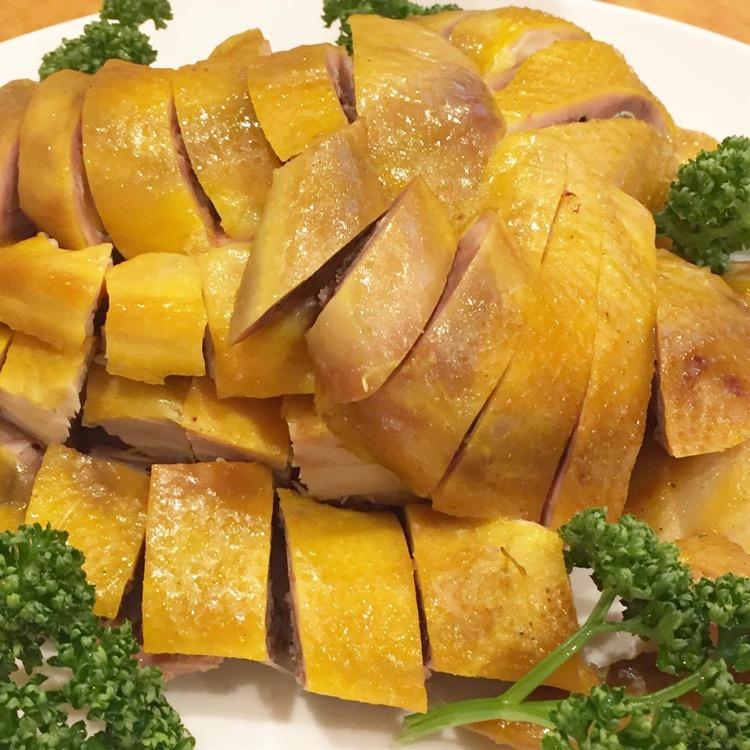 ▲南粤塩焗鶏(丸鶏の塩蒸し焼き)