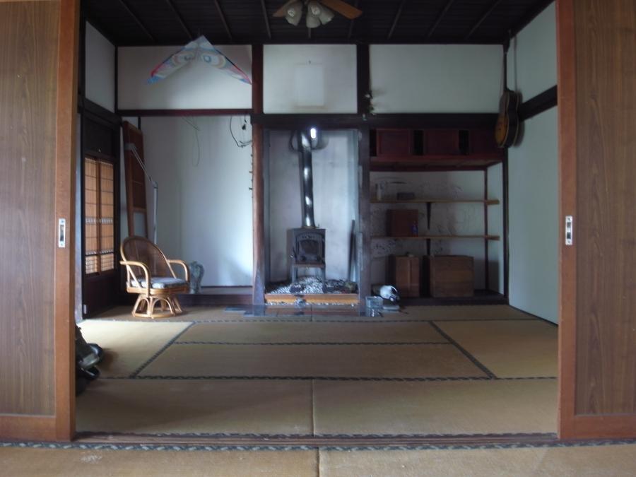 2間続きの和室。床の間に鎮座する薪ストーブにびっくり。
