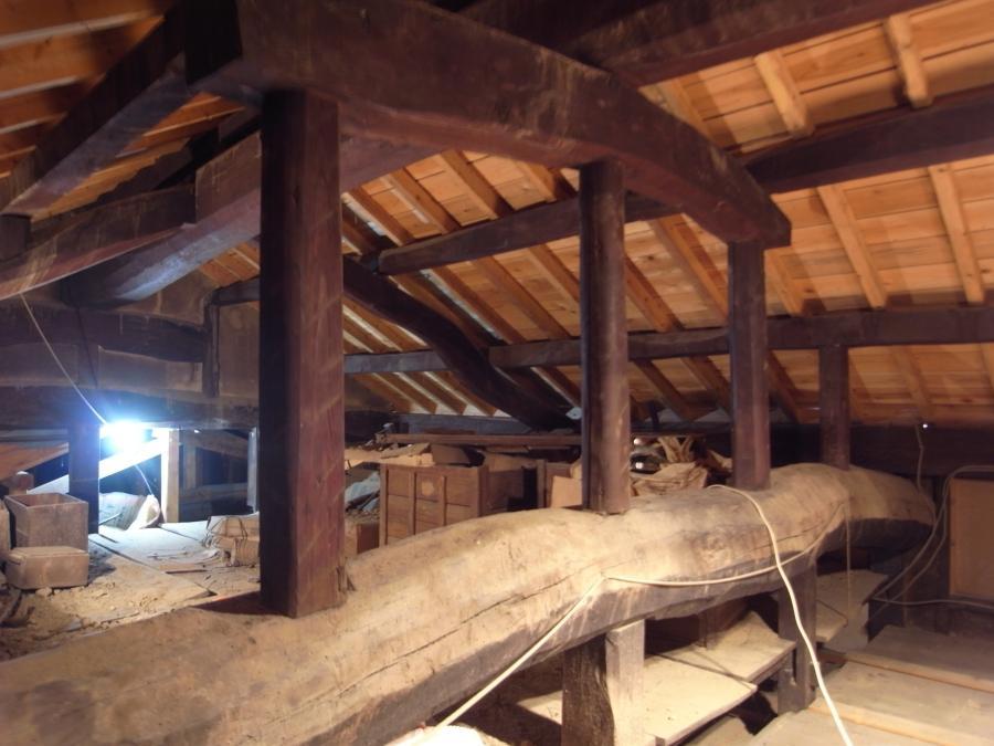 健康そうな屋根裏。屋根の下地の木材が新しく、葺き替えたことがわかります。