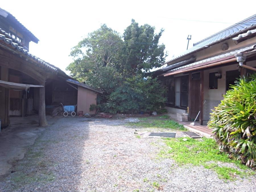左が長屋門、右が母屋。庭の一部で小さな菜園もできそう。