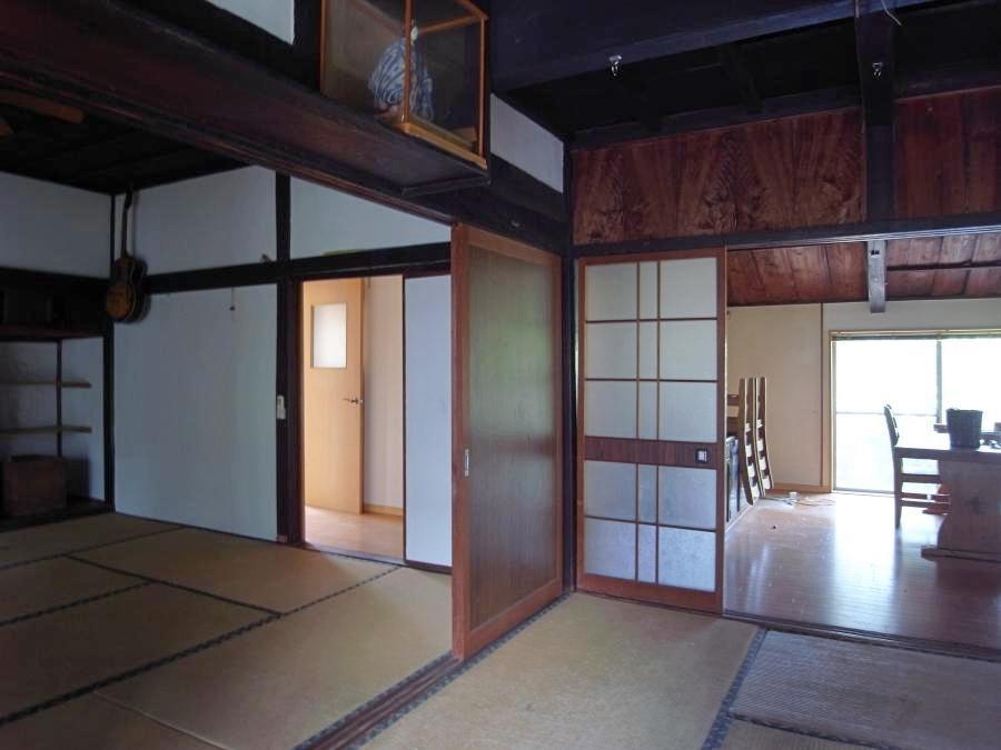 古い味わいをよく残す和室。奥の右手はダイニング、左手に浴室。