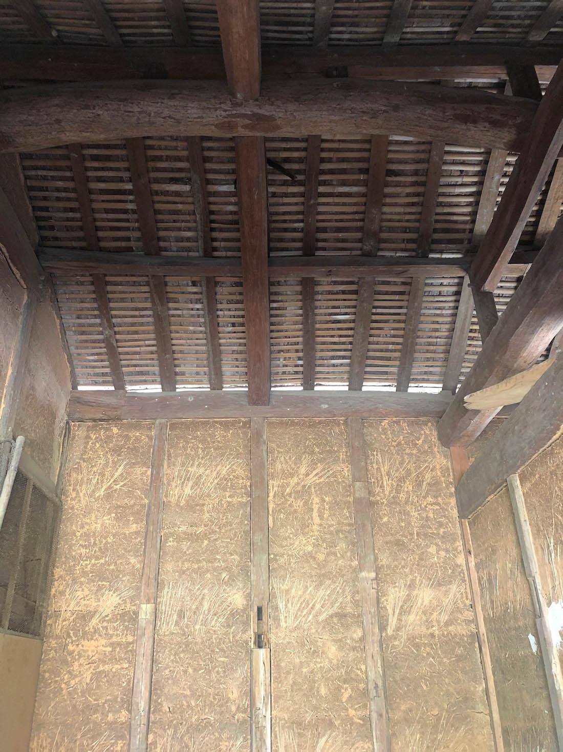 長屋門の内側の土壁が古い味わい。