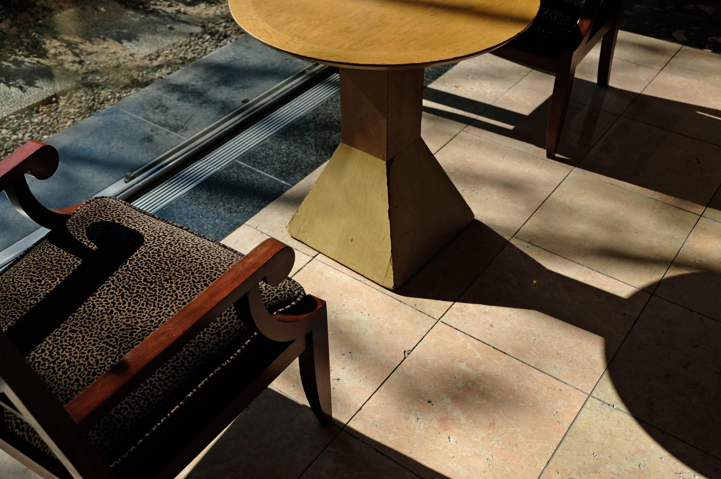 さり気なく置かれたテーブルと椅子